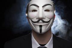 Pirate informatique anonyme d'activiste avec le tir de studio de masque photos stock