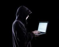 Pirate informatique anonyme dans l'obscurité images stock