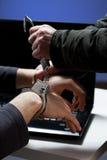 Pirate informatique attrapé par la police Images stock