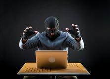 Pirate informatique au travail Image libre de droits
