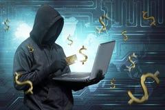 Pirate informatique avec le masque de vendetta dactylographiant sur un ordinateur portable Photo libre de droits