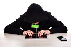 Pirate informatique avec une Tablette Photo libre de droits