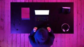 Pirate informatique chanceux gagné avec son ordinateur portable Affichage blanc photo stock