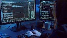 Pirate informatique créant le virus informatique pour l'attaque de cyber banque de vidéos