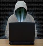 Pirate informatique dactylographiant sur un ordinateur portable Photo libre de droits
