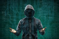 Pirate informatique dangereux au-dessus de fond numérique abstrait avec le code binaire Visage foncé obscurci dans le masque et l photographie stock libre de droits