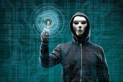 Pirate informatique dangereux au-dessus de fond num?rique abstrait avec le code binaire Visage fonc? obscurci dans le masque et l images libres de droits