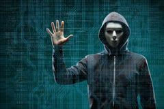 Pirate informatique dangereux au-dessus de fond num?rique abstrait avec le code binaire Visage fonc? obscurci dans le masque et l images stock