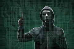 Pirate informatique dangereux au-dessus de fond num?rique abstrait avec le code binaire Visage fonc? obscurci dans le masque et l photographie stock libre de droits