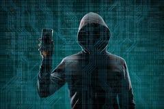 Pirate informatique dangereux avec un instrument de smartphone au-dessus de fond num?rique avec le code binaire Visage fonc? obsc photos libres de droits