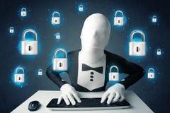 Pirate informatique dans le déguisement avec des symboles et des icônes virtuels de serrure Photos libres de droits