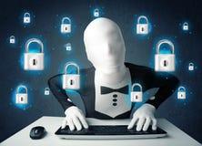 Pirate informatique dans le déguisement avec des symboles et des icônes virtuels de serrure Photo libre de droits