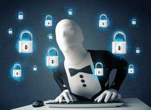 Pirate informatique dans le déguisement avec des symboles et des icônes virtuels de serrure Photo stock