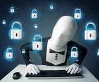 Pirate informatique dans le déguisement avec des symboles et des icônes virtuels de serrure Photos stock