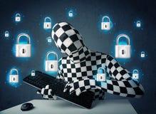 Pirate informatique dans le déguisement avec des symboles et des icônes virtuels de serrure Image libre de droits