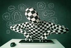 Pirate informatique dans le morphsuit de masque avec le virus et les pensées de entailler Photographie stock libre de droits