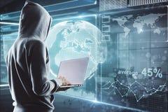 pirate informatique dans le processus avec l'ordinateur portable Images libres de droits