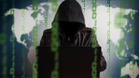 Pirate informatique dans un capot avec l'ordinateur portable Danger en ligne de réseau photos stock
