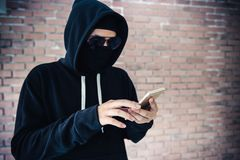 Pirate informatique de centre d'appels essayant à l'intimité de accès de l'information du pe images libres de droits