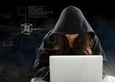 Pirate informatique de femme travaillant sur l'ordinateur portable devant le fond numérique noir Photographie stock