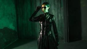 Pirate informatique de fille dans le monde numérique Jeune femme dans le costume de style de matrice photo libre de droits