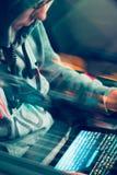 Pirate informatique employant l'ordinateur, le smartphone et le codage pour voler le mot de passe a images libres de droits
