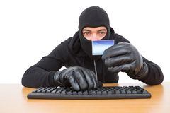 Pirate informatique employant la carte pour voler l'identité Photographie stock