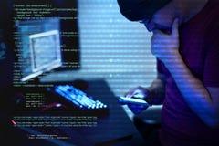 Pirate informatique employant le cyber de téléphone portable photos libres de droits