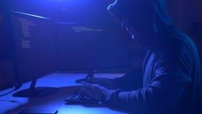 Pirate informatique employant le virus informatique pour l'attaque de cyber banque de vidéos