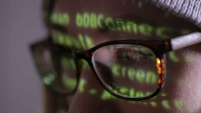 Pirate informatique féminin travaillant à l'ordinateur dans l'obscurité la nuit Projection de code binaire sur son visage banque de vidéos