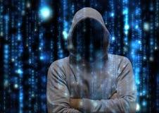 Pirate informatique gris de pullover avec ses mains pliées Images libres de droits