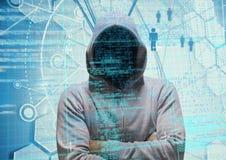 Pirate informatique gris de pullover avec ses mains pliées code bleu-clair et binaire Photographie stock libre de droits