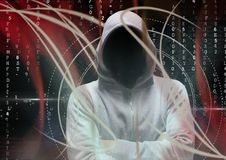 Pirate informatique gris de pullover avec ses mains pliées lumières rouges et code binaire Image libre de droits