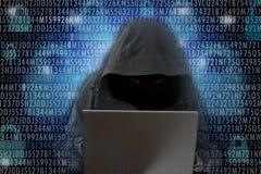Pirate informatique méconnaissable concept de crime de cyber devant d'ordinateur †« photographie stock
