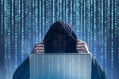Pirate informatique méconnaissable, zéros et ceux, ordinateur portable Image libre de droits