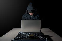 Pirate informatique masculin derrière l'ordinateur portable, concept d'attaque de cyber images stock