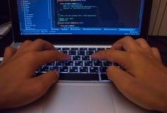 Pirate informatique ouvrant une brèche le système sûr dans le cyberespace Photographie stock
