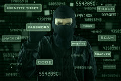 Pirate informatique prenant le mot de passe de l'interface moderne Photographie stock libre de droits