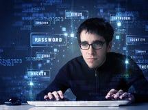 Pirate informatique programmant dans l'environnement de technologie avec des icônes de cyber Photographie stock