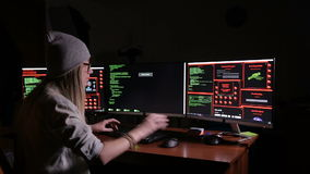 Pirate informatique, programmeur fonctionnant avec le code de données dans une chambre noire Bureau de pirates informatiques banque de vidéos
