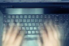 Pirate informatique russe entaillant le serveur dans l'obscurité Centre sélectionné et l'effet de l'action toned Photos stock