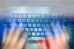 Pirate informatique russe entaillant le serveur dans l'obscurité Centre sélectionné et l'effet de l'action toned image stock