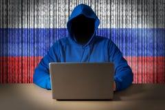 Pirate informatique s'asseyant devant un ordinateur portable images libres de droits