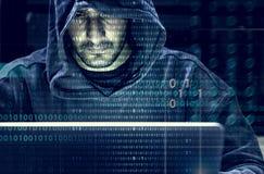 Pirate informatique travaillant au crime de cyber d'ordinateur photographie stock