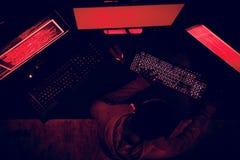 Pirate informatique travaillant au crime de cyber d'ordinateur photo stock