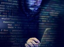 Pirate informatique travaillant au crime de cyber d'ordinateur photos libres de droits