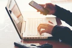 Pirate informatique travaillant sur son ordinateur, pirate informatique volant le mot de passe et le dat images libres de droits