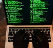 Pirate informatique volant le mot de passe et l'identité, escroquerie informatique Un bon nombre de chiffres sur l'écran d'ordina images stock