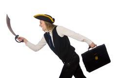 Piratee la muchacha que sostiene el bolso y la espada aislada encendido Imagen de archivo