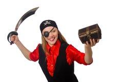 Pirateie a menina que mantém a caixa e a espada da caixa isoladas Fotos de Stock
